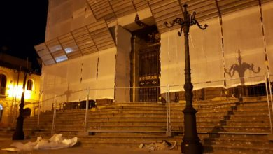Photo of Ricollocati i lampioni storici del Duomo: tornerà a illuminarsi la scalinata principale