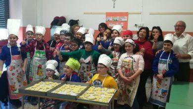 Photo of Progetto Mani in pasta al De Amicis. Adulti e bambini insieme per impastare i panuzzi di San Giuseppe
